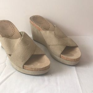 White mt sandals sz 8 taupe